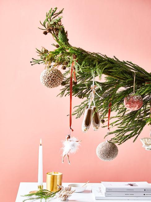 Kersttrends 2020: met een roze achtergrond en toupe kerstballen