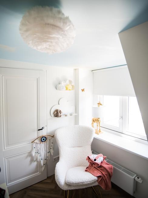 witte stoel met een witte plafondlamp