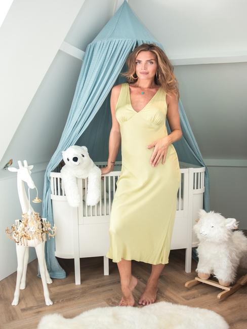 zwangere vrouw in een groene jurk
