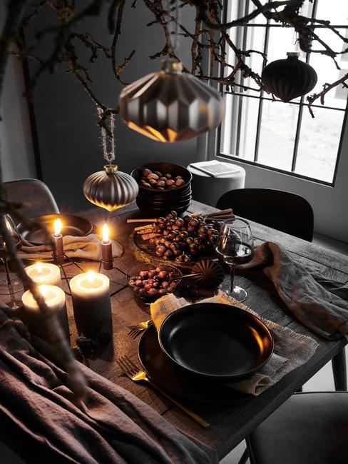 donkere eettafel met kaarsen