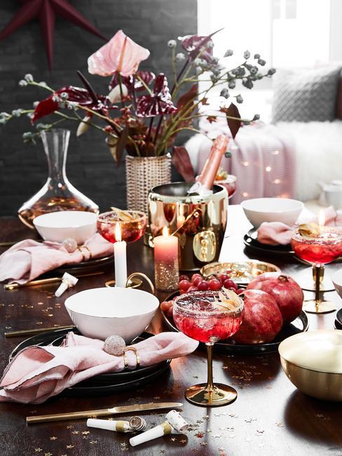 Oud en nieuw: feestelijke tafel met zwart, roze en rood