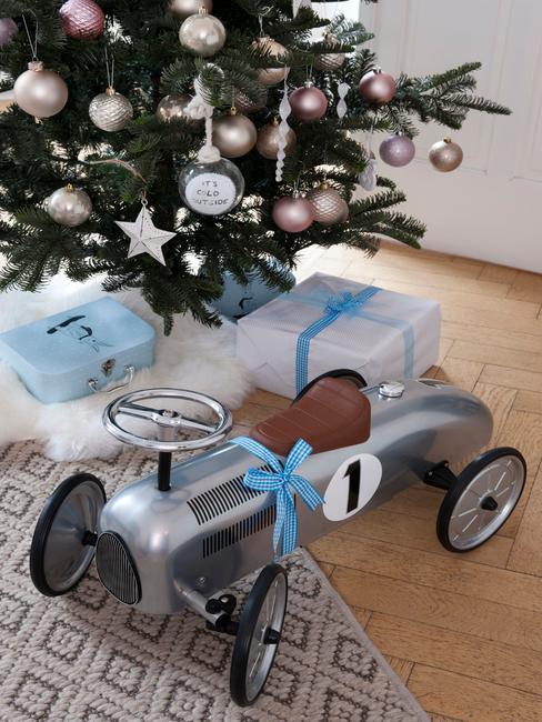 Een cadeau voor een kind onder de kerstboom
