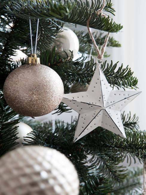 kerstboomversiering in wit, kerstboomversiering in zilver