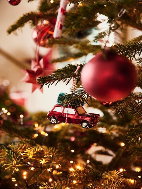 Kerstballen in rood op de kerstboom