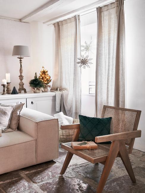 Rotan fauteuil naast een witte zitbank in woonkamer