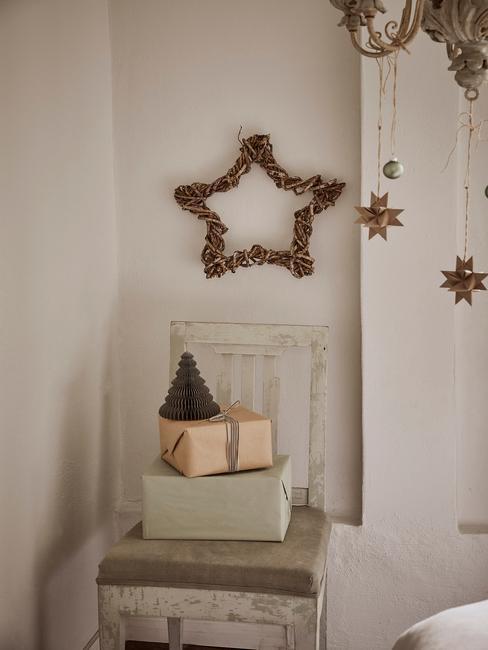 Een beige slaapkamer met kerstversiering