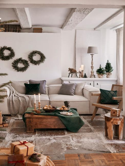 Woonkamer in beige met kerstdecoratie