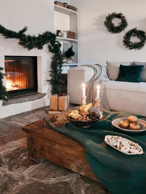 Kerstfilms: woonkamer met kerstversiering boven de open haard en op tafel