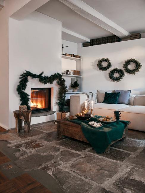 kerstbingo: Kerstversiering boven de open haard in de witte woonkamer