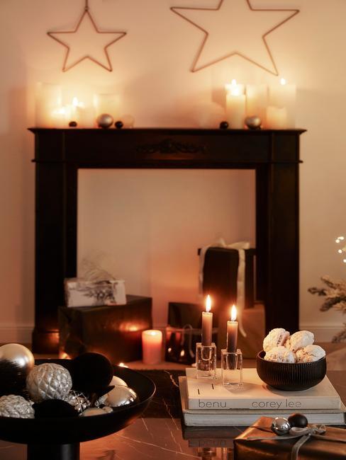 Kerstdecoratie op de open haard naast de marmeren salontafel
