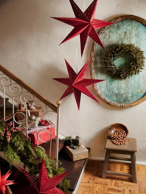 Kerstversiering bij de trap