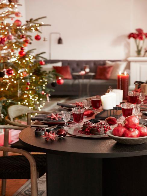 Kersttraktaties op een marmeren tafel