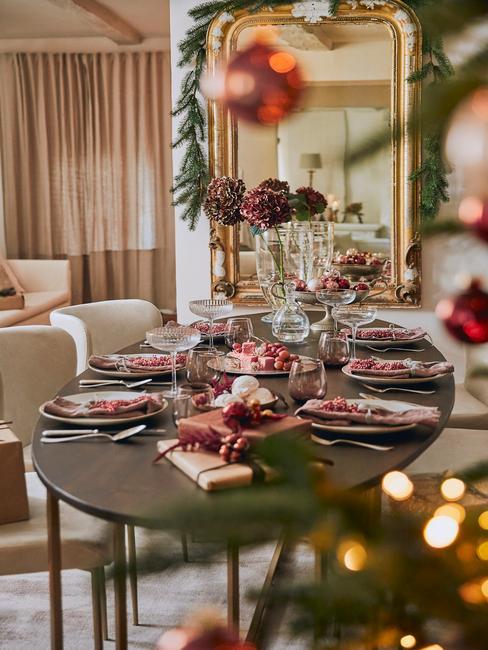 Adventskalender: gedekte kersttafel met decoraties