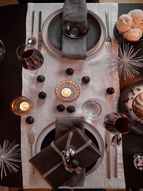 Gedekte tafel met witte tafelloper en bestekset in zilver