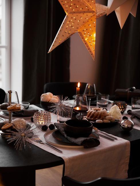 Kersttafel decoratie met cadeau