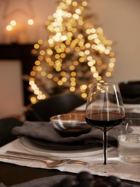 Gedekte tafel met bestekset in zilver en wijnglas