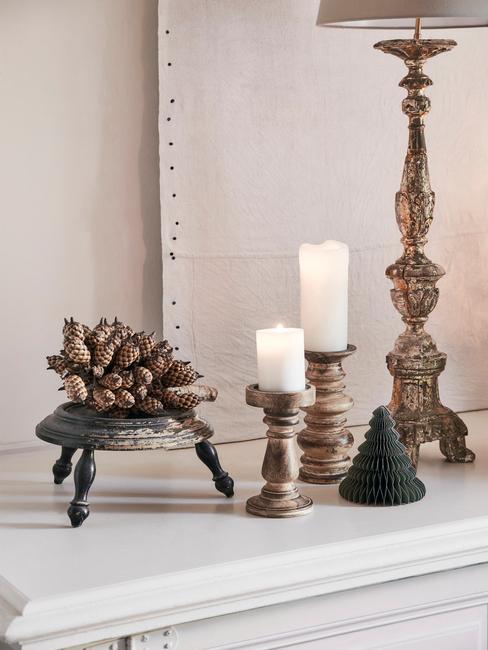 Decoratie op een witte dressoir met kaarsen en dienblad