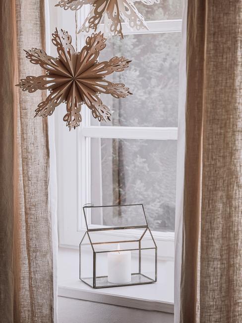 Kerstcadeau vrouw: kerstdecoratie op het raam