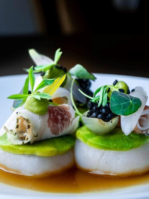 International-Dinner-Scallops: op een wit bord