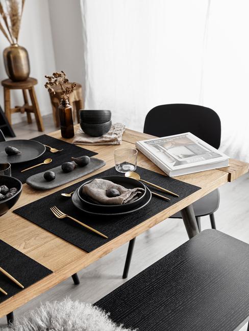 Keuken in zwart met houten tafel en zwarte stoelen