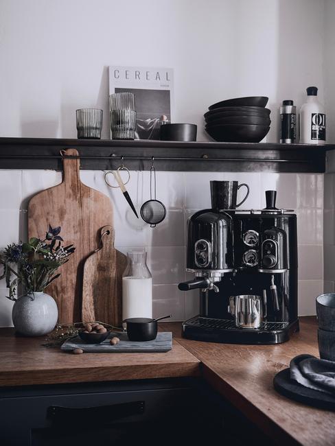 Keuken in boho stijl met houten blad en houten snijplank