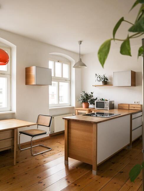 Houten keuken met bruine meubles en witte elementen