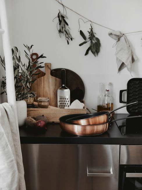 Keuken in landelijke stijl met pannen in roestbruin