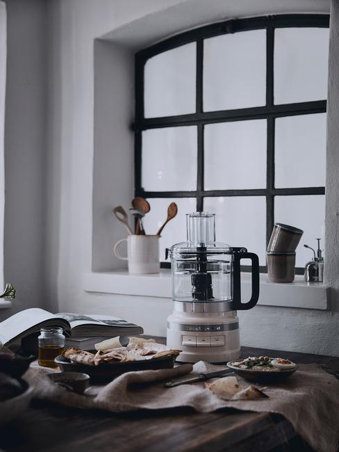Keukenapparatuur in de witte keuken