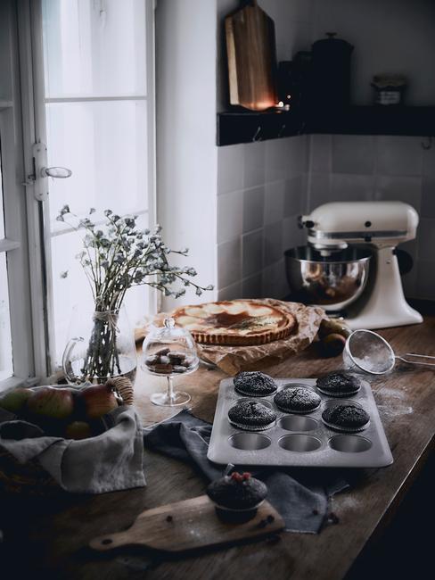 Keukenapparatuur en vers gebakken cupcakes