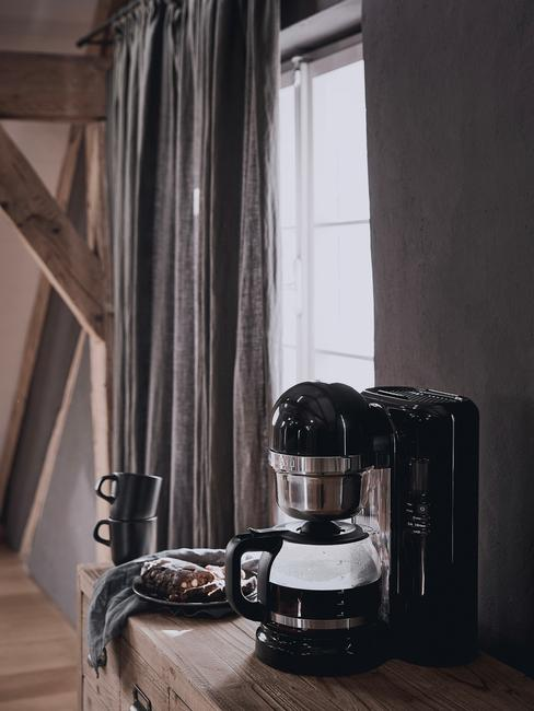 Zwarte keukenaccessoires en kookaccessoires in de keuken in landelijke stijl