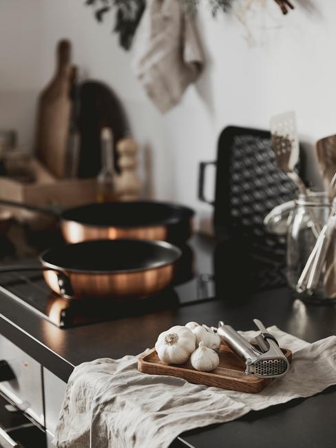 Pannen en andere accessoires in de keuken in landelijke stijl