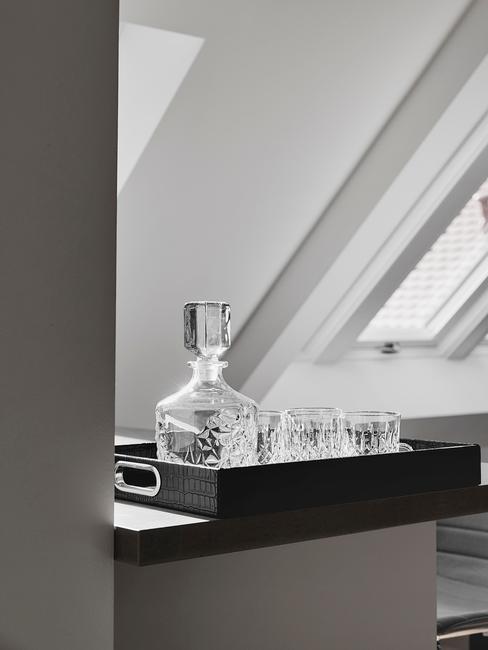 witte-keuken: met een donker blad met een donker dienblad en whiskey set
