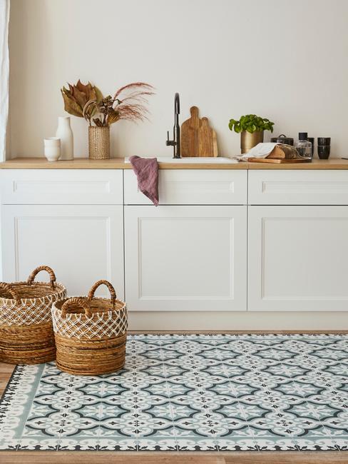 Witte meubels met houten blad