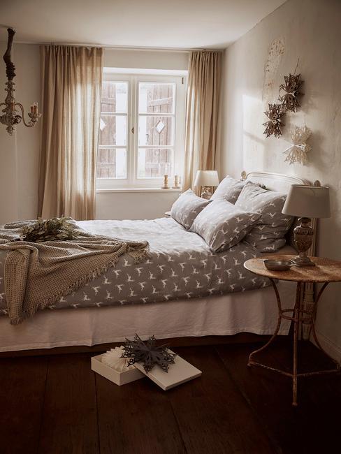 Slaapkamer in beige met grijs beddengoed en kerstdecoratie