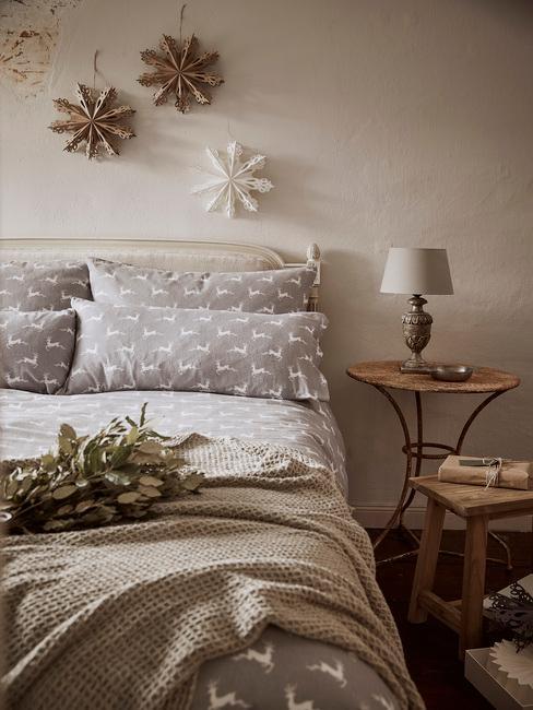Kerst checklist: slaapkamer in kerstversiering met grijs beddengoed en papieren sterren als kerstversiering