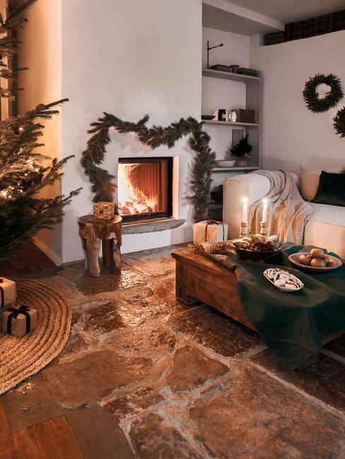 Kerstmuziek: woonkamer met kerstversiering boven de open haard en op tafel