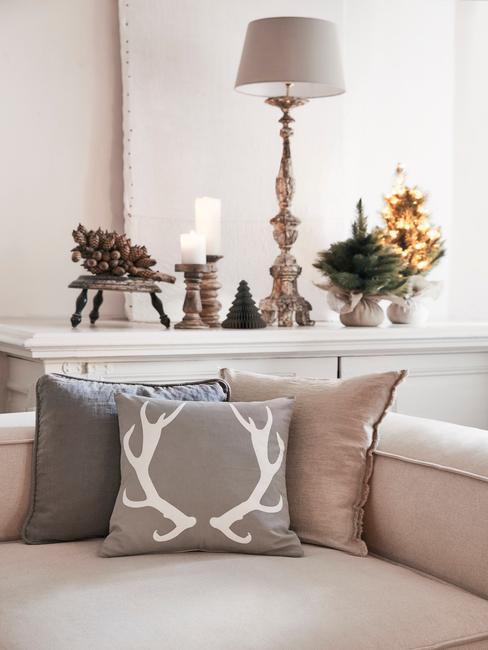 Kerstmuziek: comfortabele beige bank met sierkussens