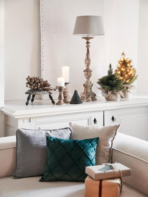 Comfortabele beige bank met sierkussens in grijs en groen