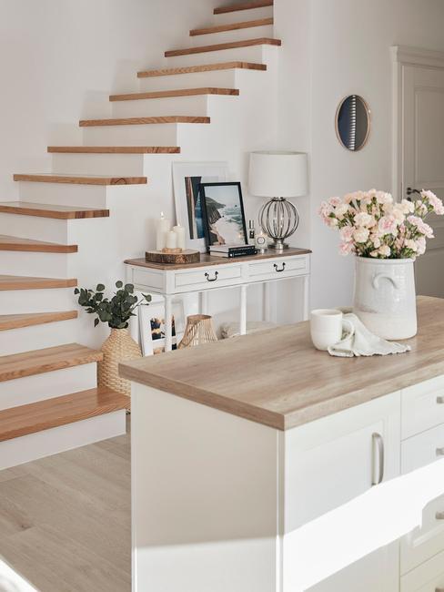 Kookeiland in wit en houten blad