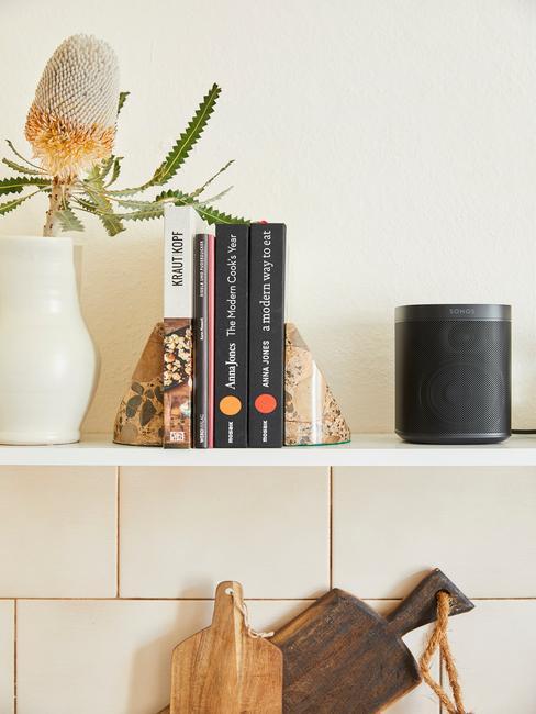 Decoratieve objecten en kookboek op een plank
