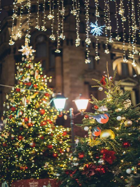 Kerstversiering buiten: kerstbomen met verlichting en kerstballen