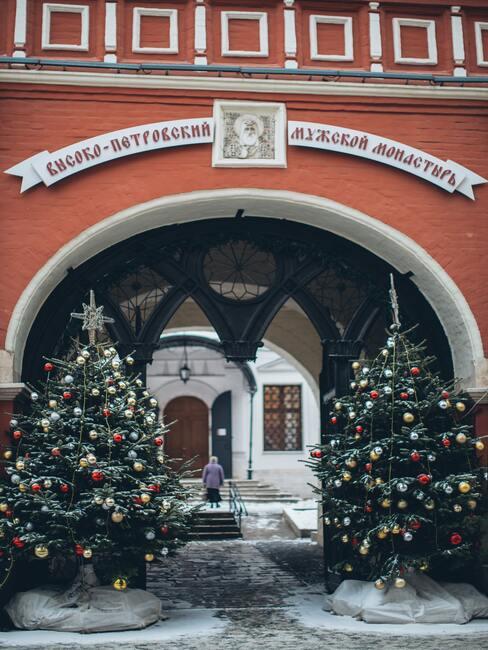 Kerstversiering buiten: kerstbomen met kerstballen