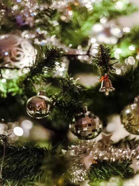 Kerstballen in zilver kleur op de kerstboom
