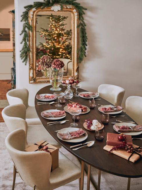 Dobbelspel kerst: gedekte tafel met porseleinen serviesset en kerstdecoratie