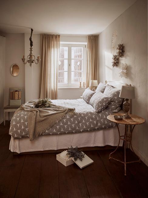 Slaapkamer in beige met groot bed met grijs beddengoed