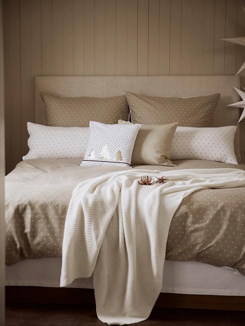 Dobbelspel kerst : slaapkamer in beige met wit en beige beddengoed en witte kussens