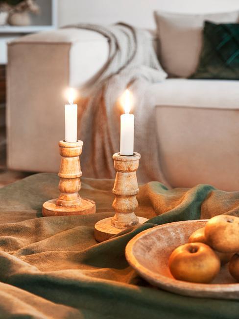 Houten salontafel met kaarsen en fruitmand