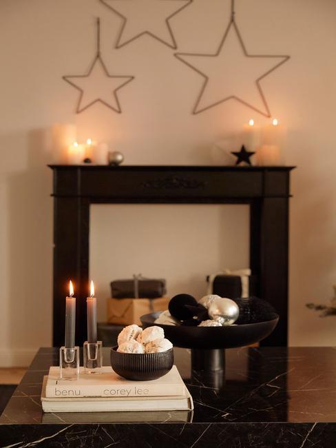 Kerstdecoratie maken: openhaard met kerstdecoratie en kaarsen op salonrtafel