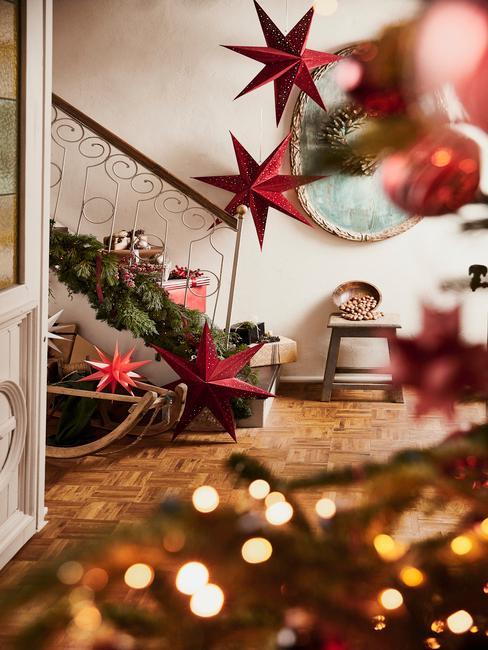 Kerstdecoratie maken: kerstboom en woonkamer met rode kerstdecoraties
