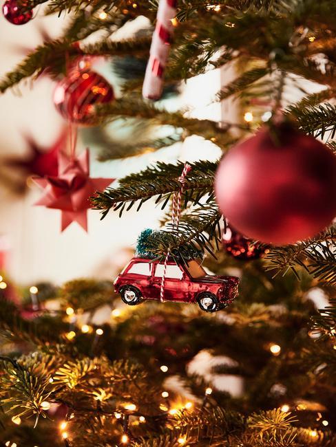 Rode kerstballen op kerstboom